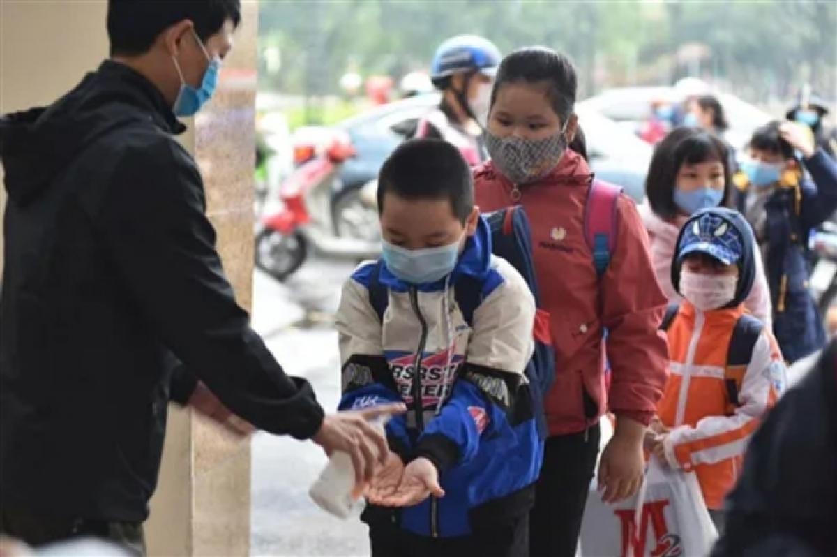 Trước khi vào lớp các em được rửa tay bằng nước sát khuẩn và bắt buộc phải đeo khẩu trang.