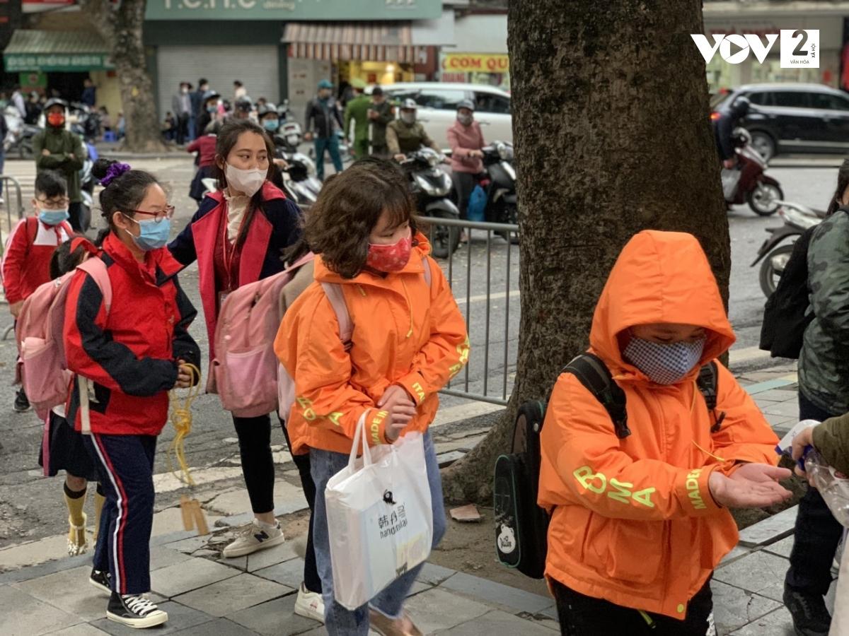Học sinh Trường Tiểu học Trần Quốc Toản (Hoàn Kiếm) sát khuẩn tay khi đến trường.