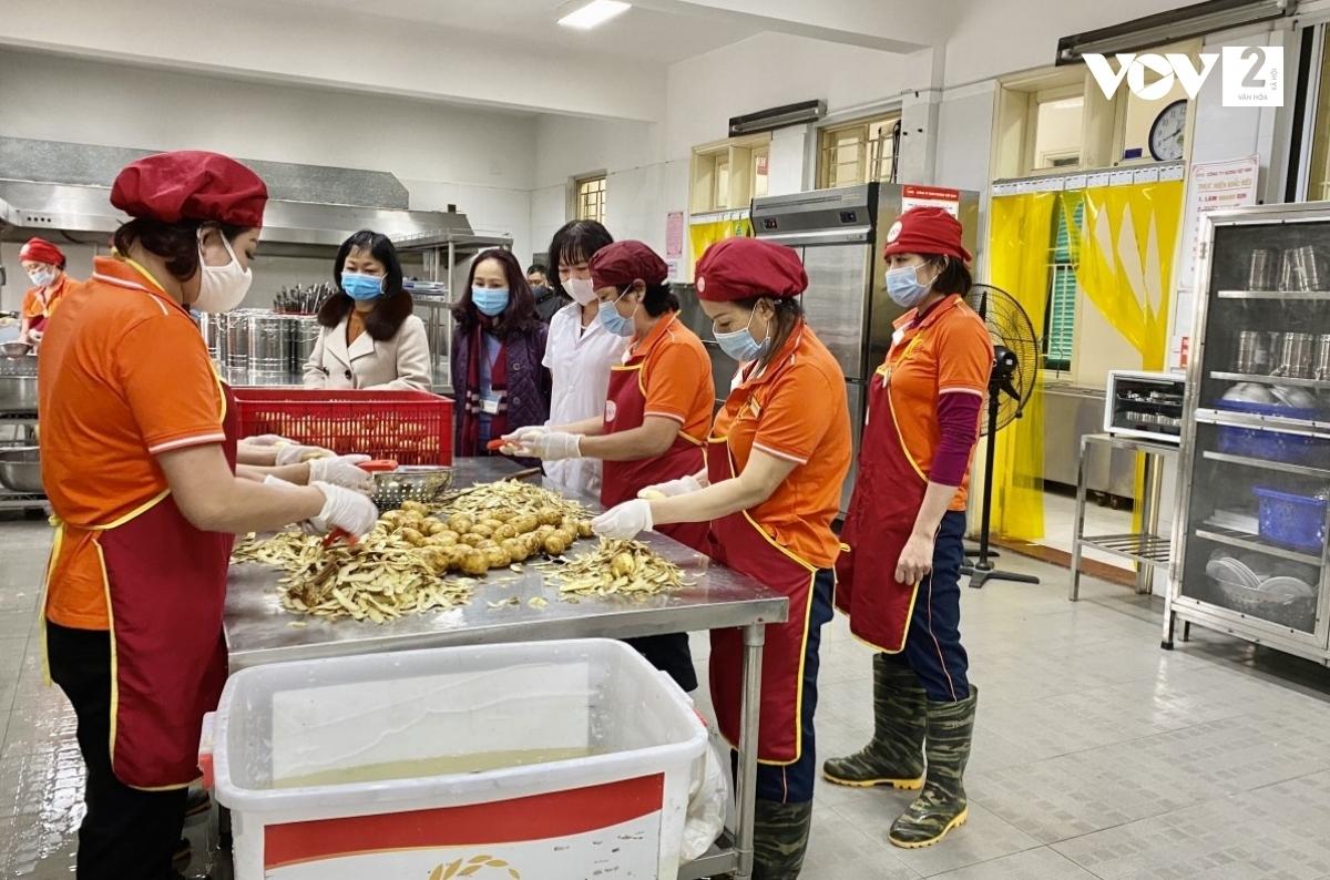 Trường Tiểu học Trần Quốc Toản tổ chức ăn bán trú ngay ngày đầu tiên học sinh trở lại trường, đảm bảo biện pháp giãn cách.