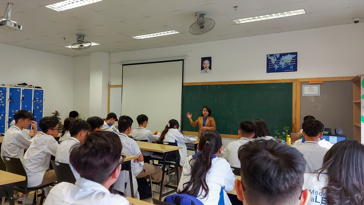 The Youth Union of Hanoi's Department of Justice hold talks aimed at presenting the Law on Children scheme to local students, with the primary goal of helping them to know how to protect themselves within modern society.