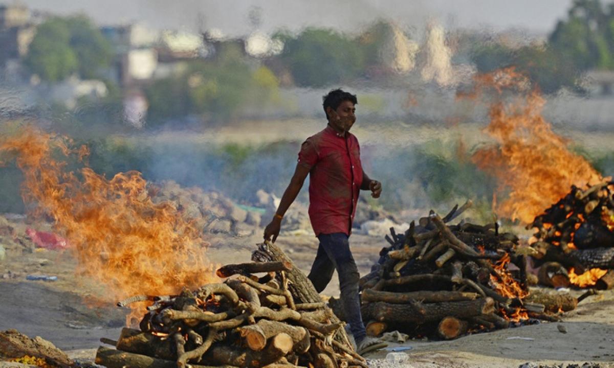 Một khu hỏa táng bệnh nhân Covid-19 tại thành phố Allahabad, Ấn Độ, hôm 27/4. Ảnh: AFP.