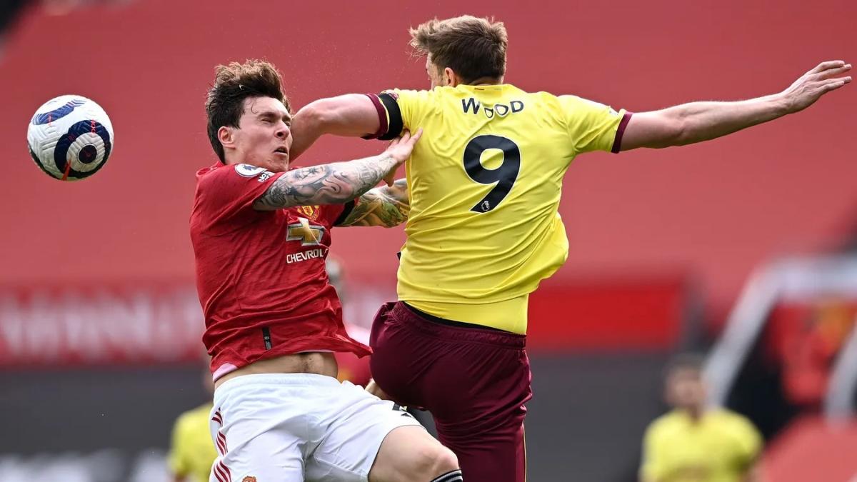 Thủ môn Dean Henderson mắc sai lầm khiến MU bị thủng lưới ngay phút đầu tiên, nhưng VAR từ chối bàn thắng của Burnley khi Chris Wood đã việt vị. (Ảnh: Getty)