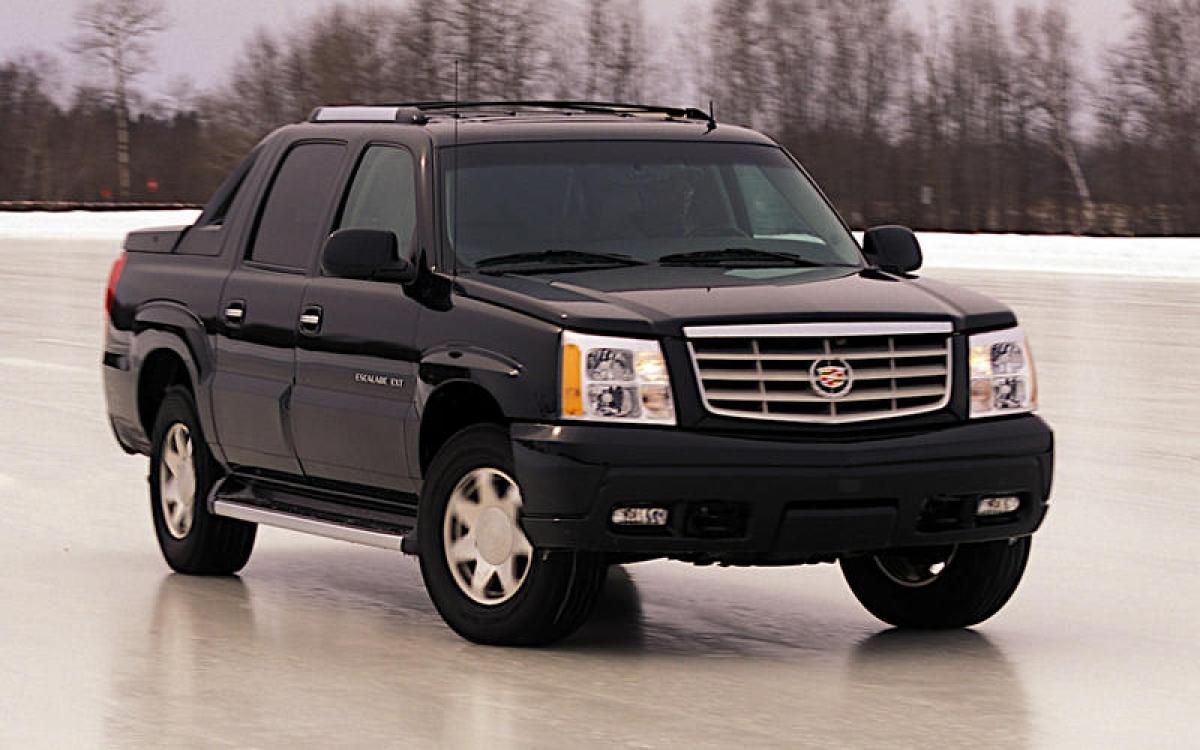 Cadillac Escalade EXT: Mặc dù ngày nay chúng ta vẫn có thể mua những chiếc SUV được sản xuất bởi Bentley và Rolls-Royce nhưng vẫn thật khó tin khi thương hiệu sang trọng của GM từng sản xuất một chiếc bán tải. EXT là phiên bản bán tải của chiếc Cadillac Escalade SUV thế hệ thứ 2. Như Chevrolet Avalanche và những chiếc bán tải khác của GM, xe có hệ thống Convert-a-Cab mở rộng thùng xe vào trong cabin. Tuy vậy đây là một trong mười chiếc xe bán kém nhất tại Mỹ do đó nó đã bị ngừng sản xuất vào năm 2013.