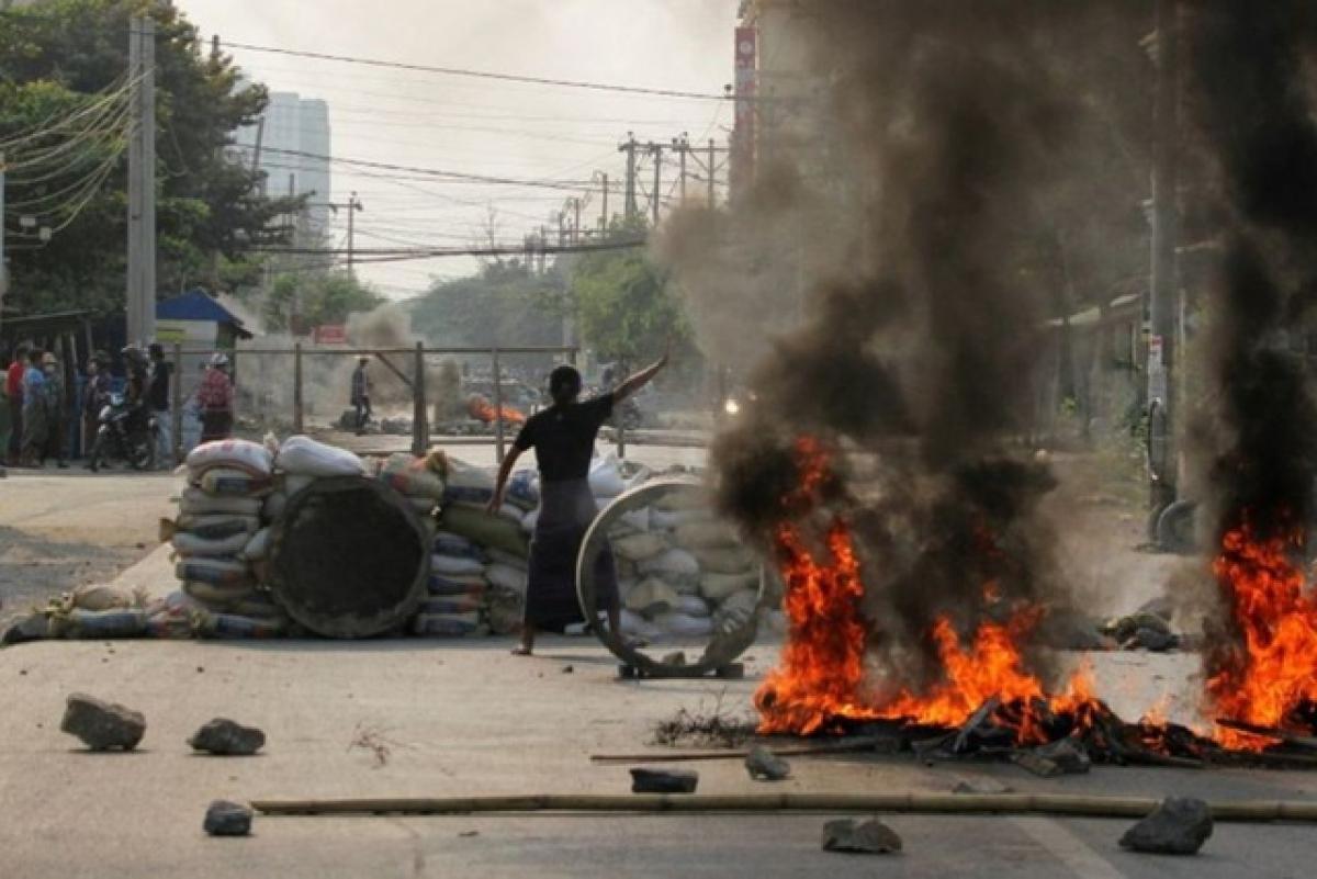 Các cuộc biểu tình ở Myanmar diễn ra theo chiều hướng ngày càng bạo lực hơn. Ảnh: Reuters