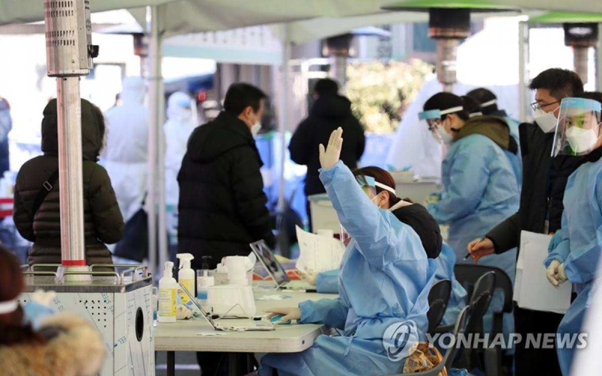 Người dân xếp hàng chờ xét nghiệm Covid-19 tại quảng trường trước nhà ga Seoul. (Ảnh: Yonhap)