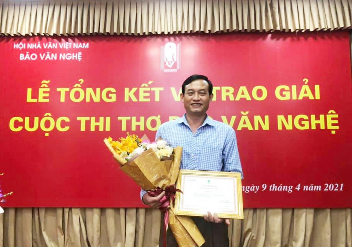 Nhà thơ Tòng Văn Hân.