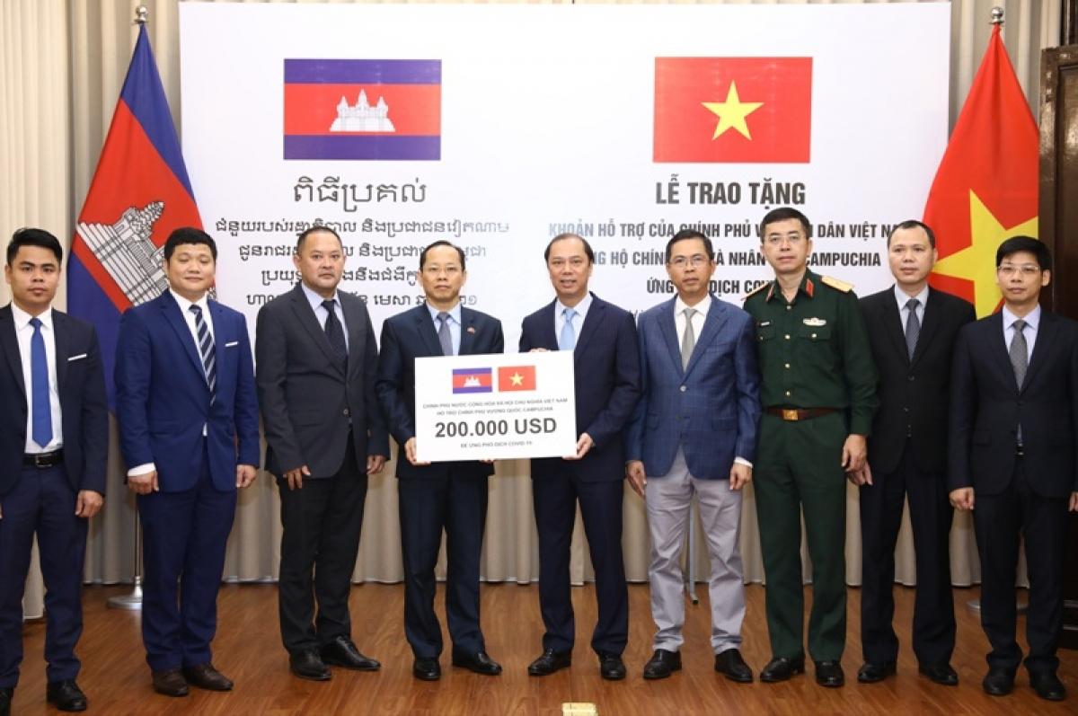 Thứ trưởng Ngoại giao Nguyễn Quốc Dũng đã trao tượng trưng cho Đại sứ Campuchia tại Việt Nam khoản hỗ trợ 200.000 USD.