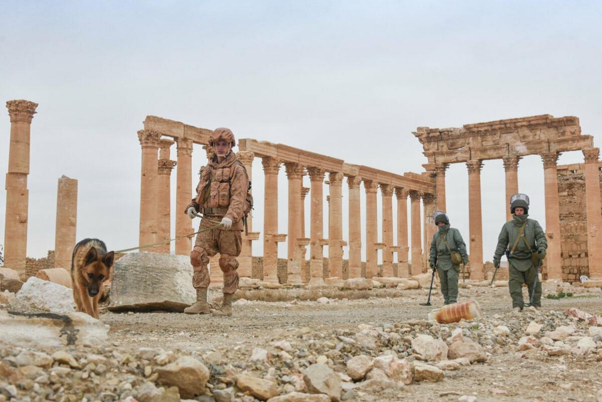 Các kỹ sư tại Trung tâm Hành động Quốc tế của lực lượng không quân vũ trụ Nga rà phá bom mìn thành phố cổ của Palmyra, Syria. Ảnh: Sputnik