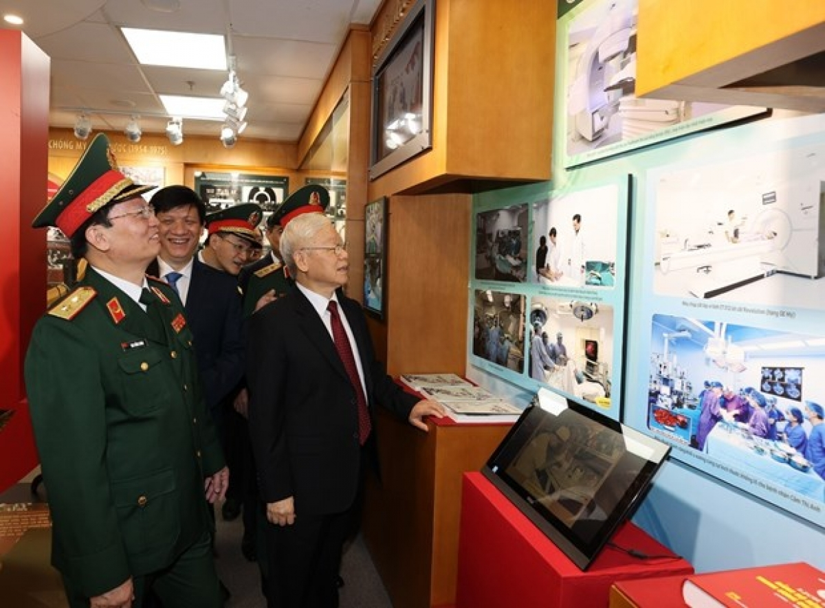 Party General Secretary Nguyen Phu Trong (front, right) and officials visit the hall of traditions of the 108 Military Central Hospital on April 19 (Photo: VNA)