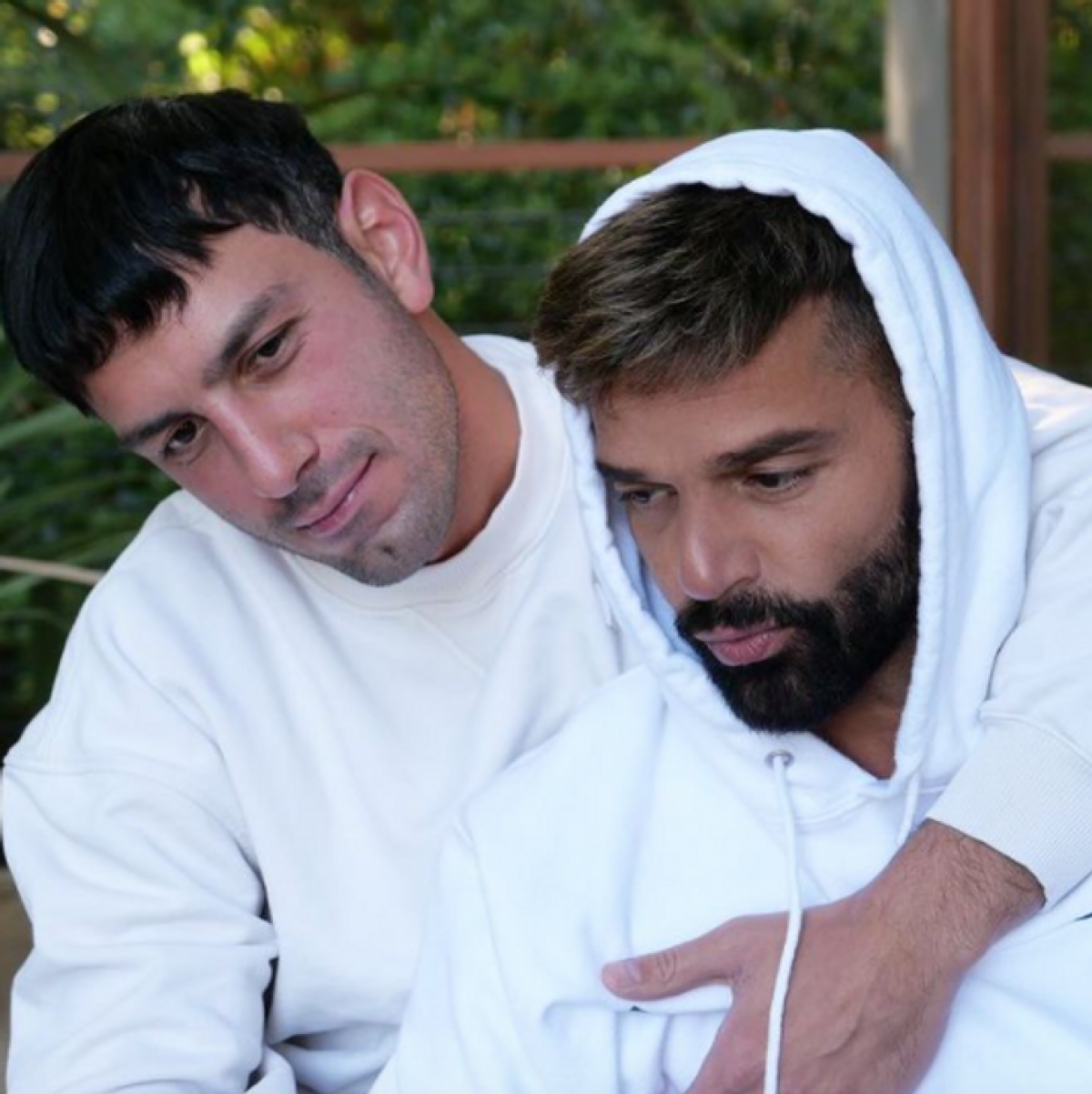 """Ricky Martin đã gặp gỡ chồng mình, Jwan Yosef, trên Instagram. """"Tôi đã gặp vị hôn phu của mình trên Instagram. Tôi là người làm nghệ thuật và anh ấy là một nghệ sĩ. Tôi đã viết thư cho anh ấy, và sau đó chúng tôi đã nói chuyện trong 6 tháng mà tôi không nghe thấy giọng nói của anh ấy"""", Martin chia sẻ. Sau đó, họ gặp nhau tại London và sống hạnh phúc kể từ đó./."""