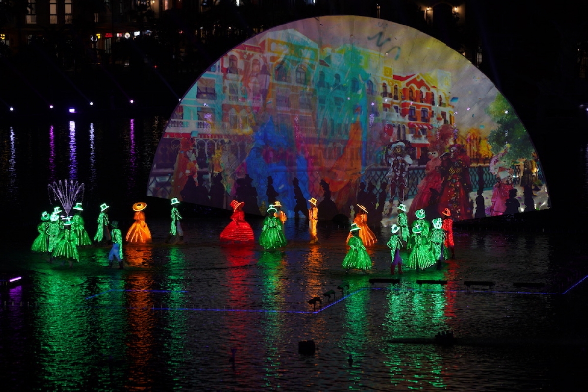 """Sau 40 phút của """"Tinh hoa Việt Nam"""", dòng người sẽ đổ sang một khu vực Kênh đào và Hồ Trung tâm tại Grand World để được theo dõi một siêu show khác là """"Sắc màu Venice"""". Đúng như tên kỉ lục vừa xác lập """"Chương trình nghệ thuật thực cảnh đa phương tiện trên mặt nước lớn nhất Việt Nam lấy cảm hứng từ tinh hoa văn hóa Châu Âu"""", """"Sắc màu Venice"""" là một bữa tiệc về ánh sáng, công nghệ laser, led và âm nhạc vũ đạo vô cùng ấn tượng."""