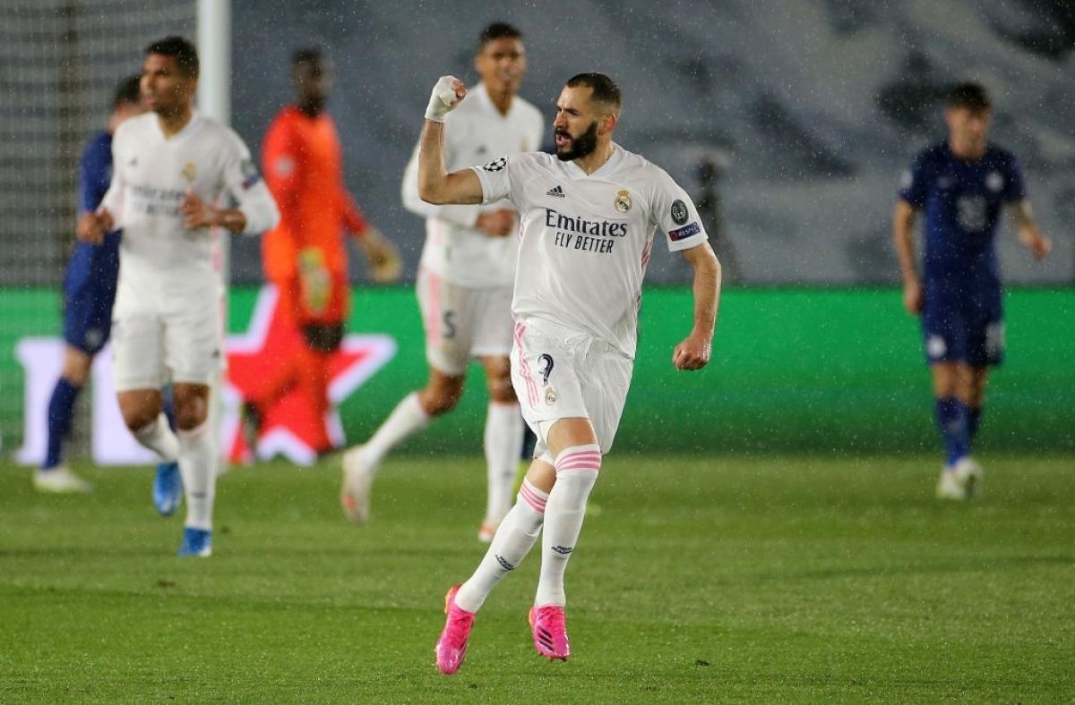 """Phút 29, từ tình huống lộn xộn trong vòng cấm của Chelsea, Karim Benzema đã khống chế bóng bằng đầu sau đó tung cú vô lê rất căng đánh bại thủ môn Mendy gỡ hòa cho """"Kền kền trắng""""."""