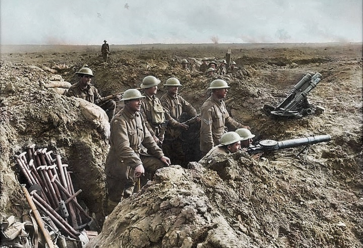Binh sĩ Anh đang quan sát trận địa tại Pháp. Hơn 70 triệu binh sĩ, trong đó, 60 triệu tại các nước châu Âu, đã được huy động cho Thế chiến thứ nhất. Ảnh: Daily Mail