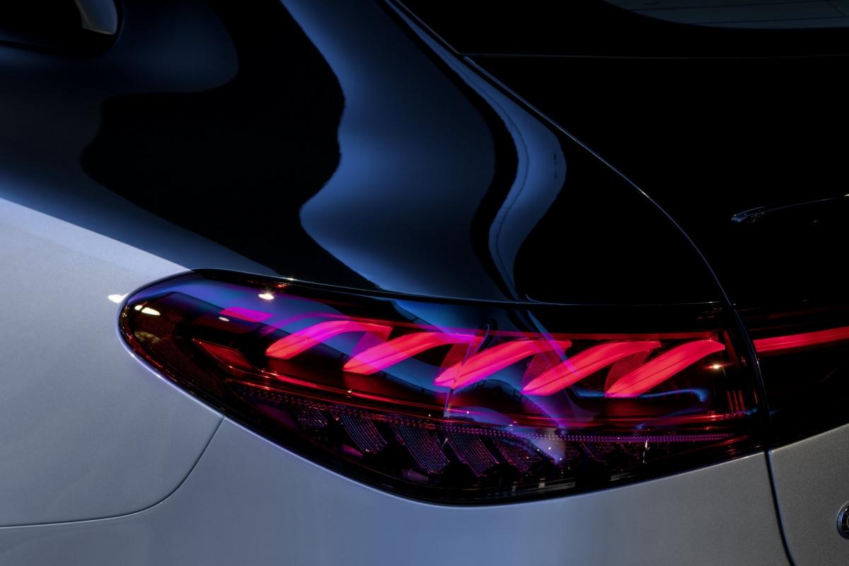 Khả năng sạc nhanh của Mercedes-Benz EQS đạt mức 200 kW, và người lái có thể di chuyển thêm một quãng đường 300 km sau khi sạc khoảng 15 phút. Hơn nữa, Hệ thống định vị cũng sẽ hỗ trợ tính toán quãng đường cũng như vị trí các trạm sạc phù hợp với nhu cầu của người lái. Nhờ hệ thống Plug & Charge, bạn chỉ cần cắm sạc vào EQS và nó sẽ tự động sắp xếp các thủ tục giấy tờ kỹ thuật số.