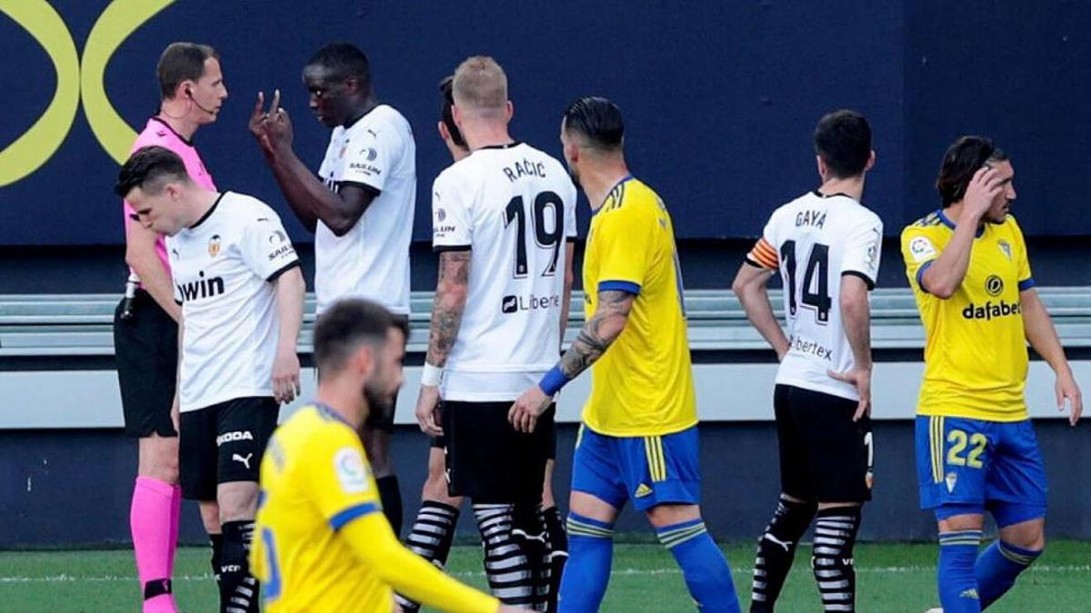 Trung vệ Valencia trình bày sự việc nhưng trọng tài David Medie Jimenez và các cộng sự không nghe thấy những gì Juan Cala nói.