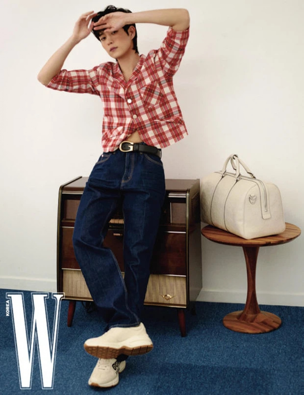 """Cũng như Han Ji Hyun, Kim Young Dae hiện đang là nam diễn viên trẻ được săn đón.Được mệnh danh là """"tiểu Kang Dong Won"""", Young Dae gây ấn tượng với vẻ ngoài điển trai, ánh nhìn cuốn hútvà nụ cười """"đốn tim"""" phái nữ."""