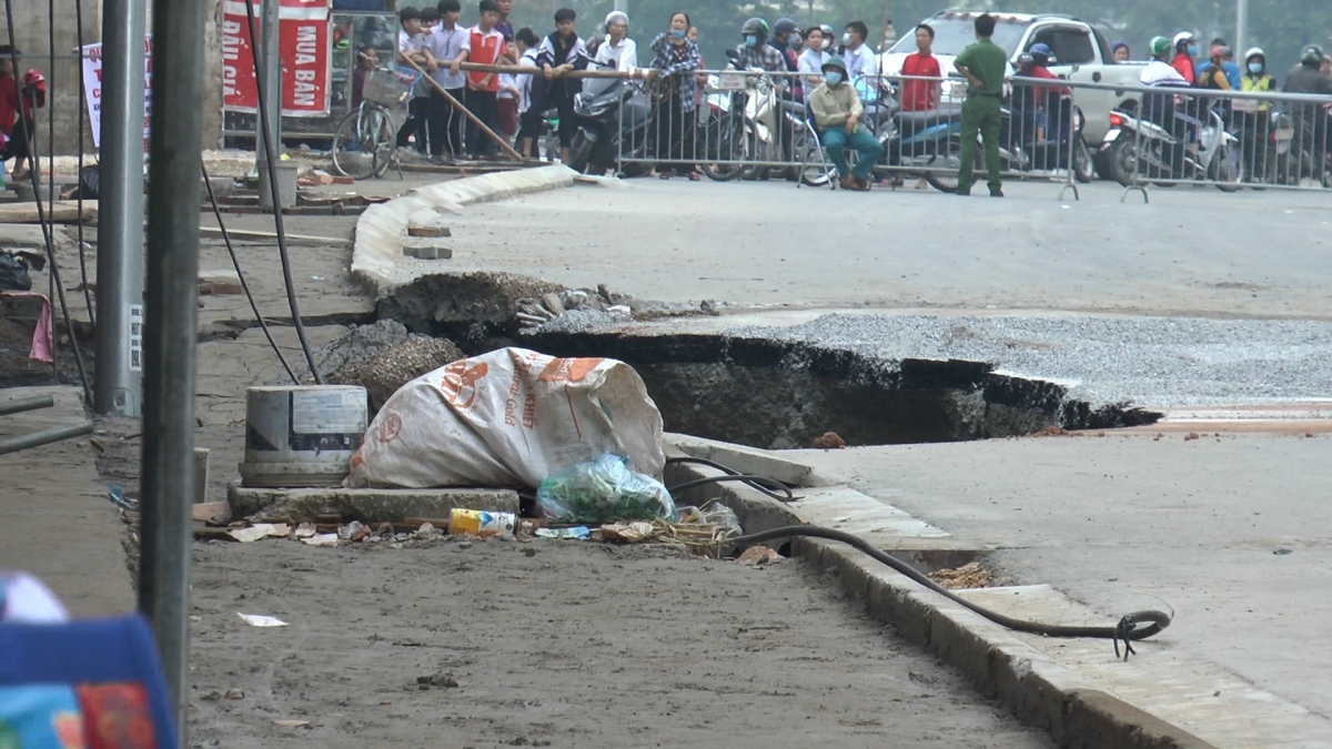Theo người dân tại đây, khi xảy ra sự việc,toàn bộ phần vỉa hè đã biến mất. Một cây lộc vừng cao khoảng 6m cũng bị hút trọn xuống hố. Sau khi sự việc xảy ra người dân rất hoang mang lo lắng.