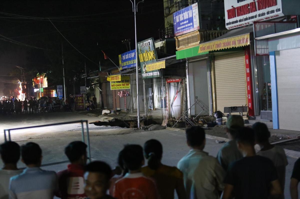 Khu vực bị phong tỏa, sơ tán khẩn cấp những hộ dân sống trong khu vực nguy hiểm.