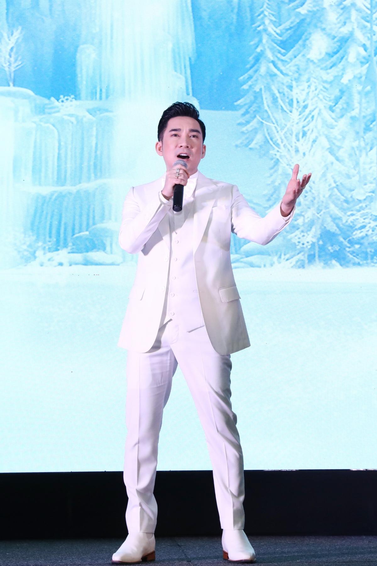 Nam ca sĩ thể hiện một trong những bản hit của mình trên sân khấu.