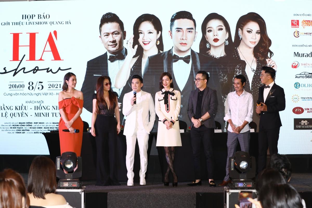 """Quang Hà giới thiệu liveshow """"Hà Show"""" trong buổi họp báo diễn ra tại Hà Nội vào chiều 12/4."""