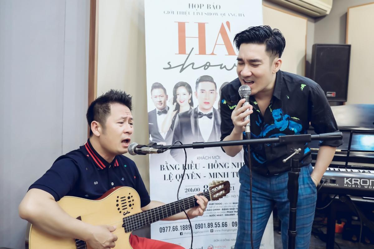 Bằng Kiều đệm đàn cho Quang Hà hát.