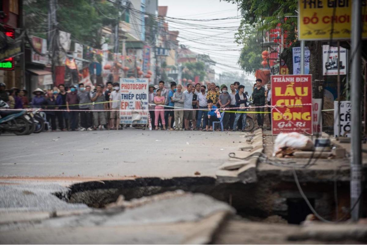 Ghi nhận tại thời điểm 9h sáng 7/4, các cơ quan chức năng xã Quảng Bị đã phong tỏa khoảng 100m đường Phố Chợ, không cho người dân đi qua hay đến gần.