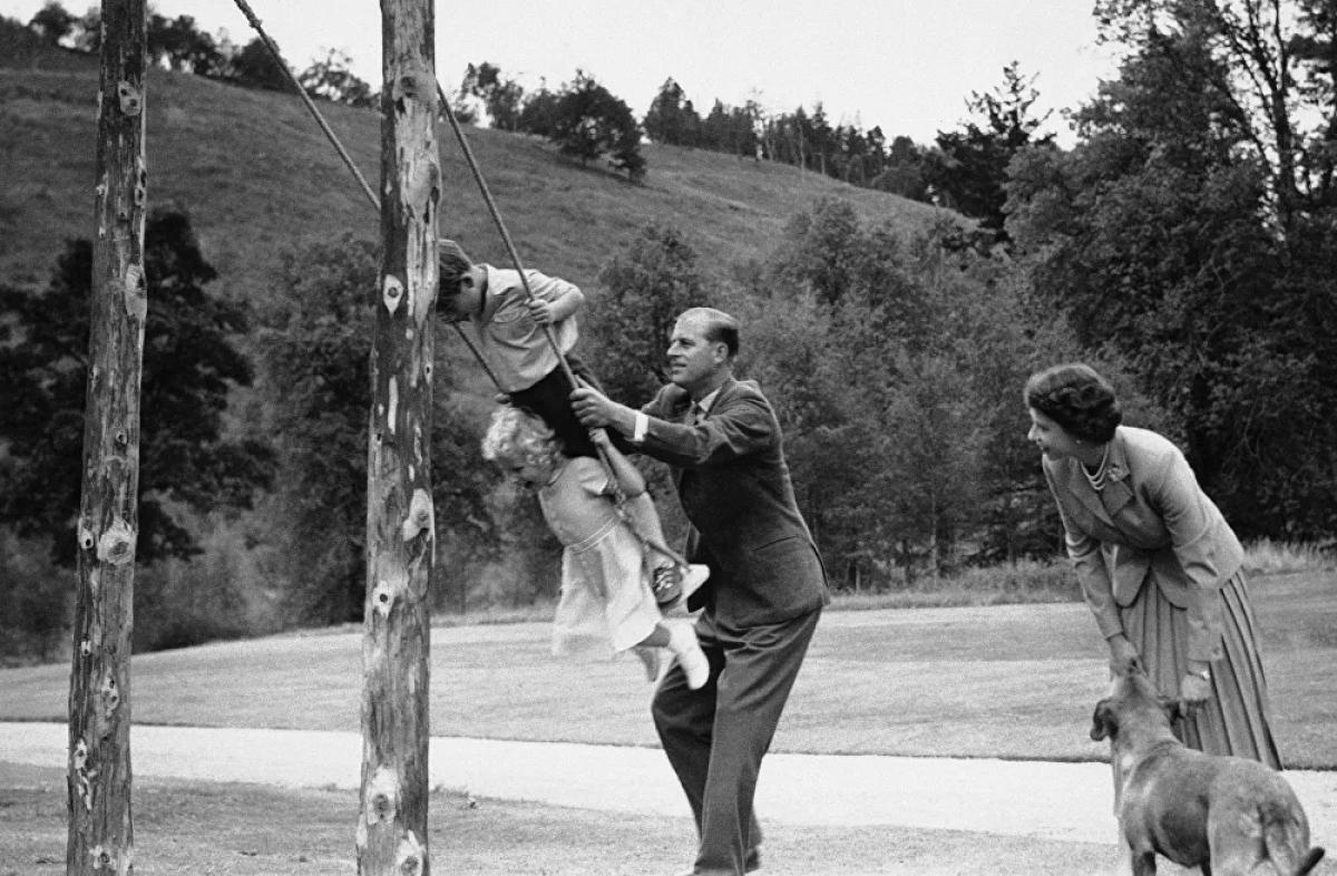 """Vào ngày 6/2/1952, khi hai vợ chồng đang nghỉ tại Kenya thì có tin Vua George VI qua đời do chứnghuyết khốiđộngmạch vành.Philip khi đó phải đảm nhận việc báo tin cho vợ. Một người bạn sau này kể lại rằng Philip cảm giác như có """"một nửa thế giới"""" đè xuống người ông."""