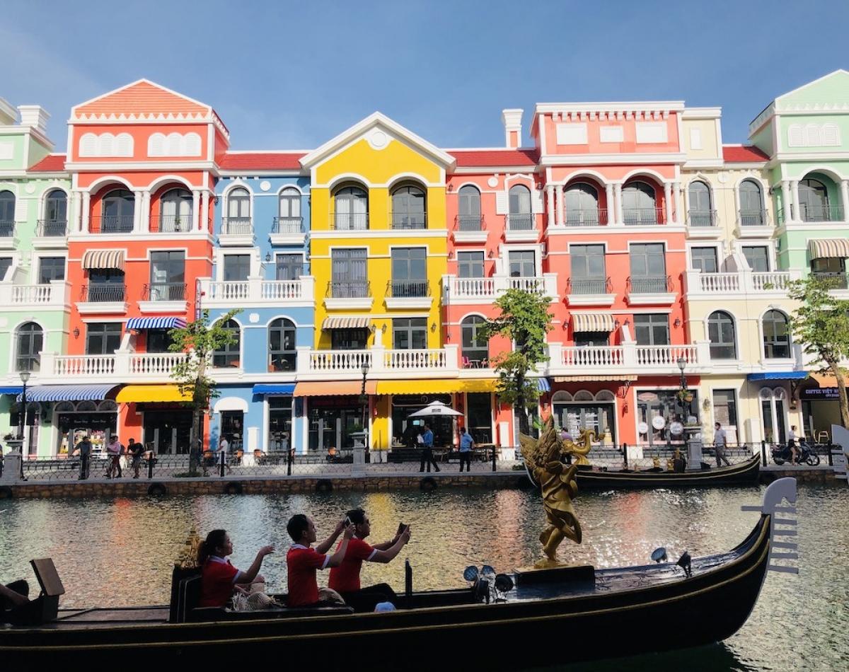 """Ngoài ra, hoạt động kinh doanh của 1.000 căn shophouse tạo nên một thiên đường không ngủ Grand World, ngay tại trung tâm của Phú Quốc United Center. Tập hợp về """"thành phố sáng đèn 24/7"""" này là vô số những quán cafe, hệ thống bar, các thương hiệu mua sắm, giải trí, ẩm thực lớn trong và ngoài nước. Đặc biệt, nếu muốn thử vận may, du khách có thể đến Corona Casino - sòng bài đầu tiên và duy nhất cho phép người Việt tham gia với các tiện ích giải trí xuyên ngày đêm."""