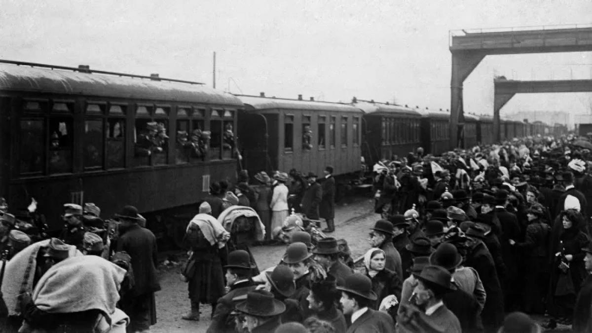 Một đoàn tàu chở binh lính rời nhà ga trong cuộc khủng hoảng thôn tính Bosnia năm 1908. Ảnh: Getty Images