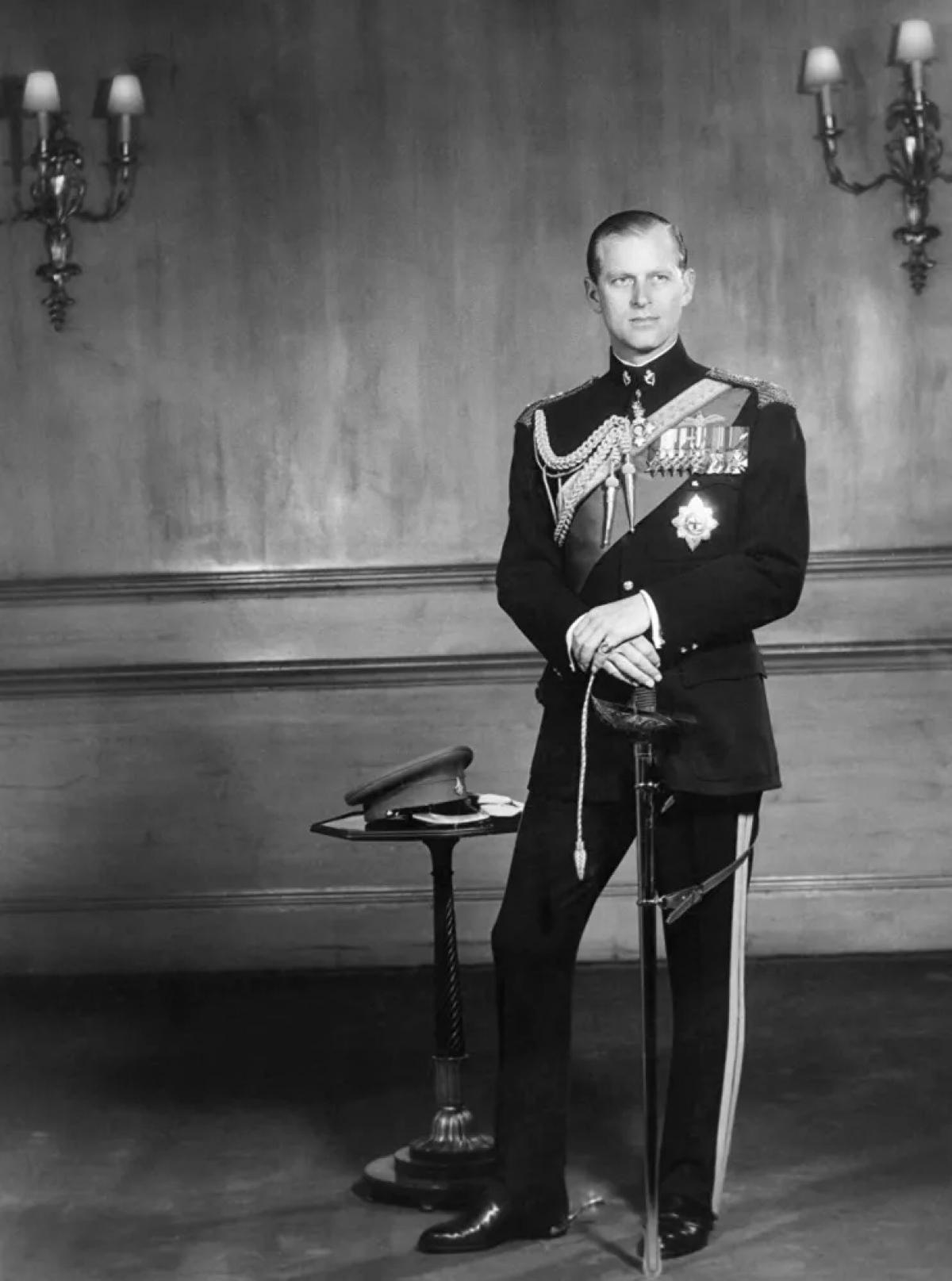 Hoàng thân Philip phục vụ trong lực lượng vũ trang Anh trong Chiến tranh thế giới thứ hai. Ở tuổi 21, ông trở thành một trong những trung úy trẻ nhất trong Hải quân Hoàng gia Anh. Ông đã tham gia vào trận chiến đảo Crete và trận chiến mũi Matapan. Hoàng thânđã tham gia vào cuộc chiến chống quân xâm lược Sicily trong Thế chiến II của lực lượng Đồng minh vào năm 1943, giải cứu tàu khu trục khỏi một cuộc tấn công trên không trong đêm bằng cách phóng một chiếc bè có khói bay lên làm mồi nhử quân địch. Ôngcó mặt tại Vịnh Tokyo vào năm 1945 khi Nhật Bản tuyên bố đầu hàng.