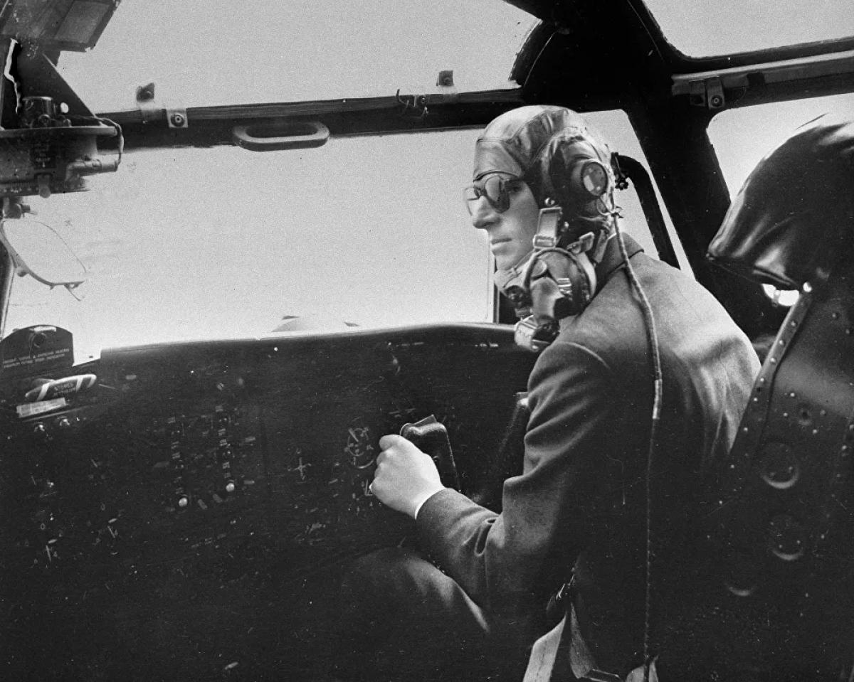 Sau khi Công chúa Elizabeth lên ngôi, Philip quyết định từ bỏ sự nghiệp quân sự để hỗ trợ vợ thực hiện các nhiệm vụ hoàng gia.Trong bức ảnh này, Công tước xứ Edinburgh điều khiển một chiếc máy bay vận tải quân sự Blackburn vài phút trước khi bình cứu hỏa phát nổ và khiến khoang lái bốc khói ngùn ngụt. Hoàng thân đã cố gắng kiểm soát máy bay bất chấp nguy hiểm và hạ cánh 10 phút sau đó.