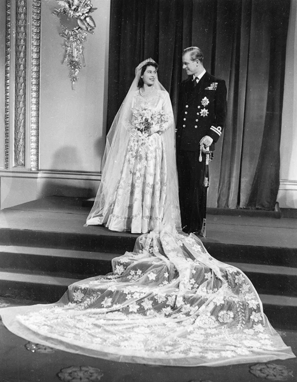 Hoàng thân Philip gặp vợ tương lai của mình vào năm 1939.Hai người trao đổi thư từ và đến năm 1946, Hoàng thân Philip, khi đó ngoài 20 tuổi, được Vua George VI cho phép kết hôn với con gái của mình nhưng phải đợi đến khi Elizabeth 21 tuổi.