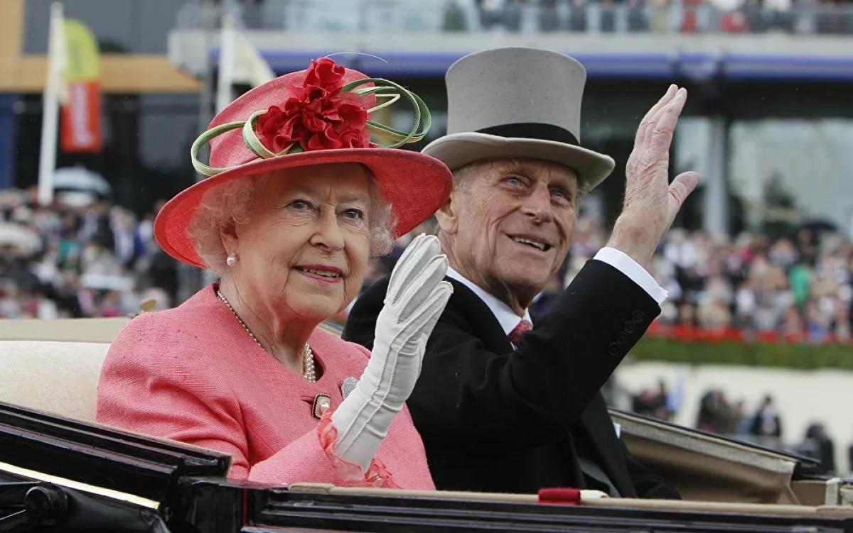 """Theo các chuyên gia hoàng gia, thành tựu lớn nhất của Hoàng thân Philip là sự ủng hộ vô bờ bến dành cho Nữ hoàng. Nữ hoàng Elizabeth II nói rằng,Hoàng thân Philip luôn là """"sức mạnh và người dẫn đường"""" của bà. """"Ông ấy là người khá đơn giản, luôn là sức mạnh của tôi và bên cạnh tôi suốt những năm qua.Tôi và cả gia đình, thậm chí là đất nước này và nhiều quốc gia khác đã nợ ông ấy một món nợ lớn hơn những gì ông ấy có thể đòi"""". Nữ hoàng Elizabeth nói vào năm 1997 trong một lễ kỷ niệm để đánh dấu kỷ niệm đám cưới vàng./."""