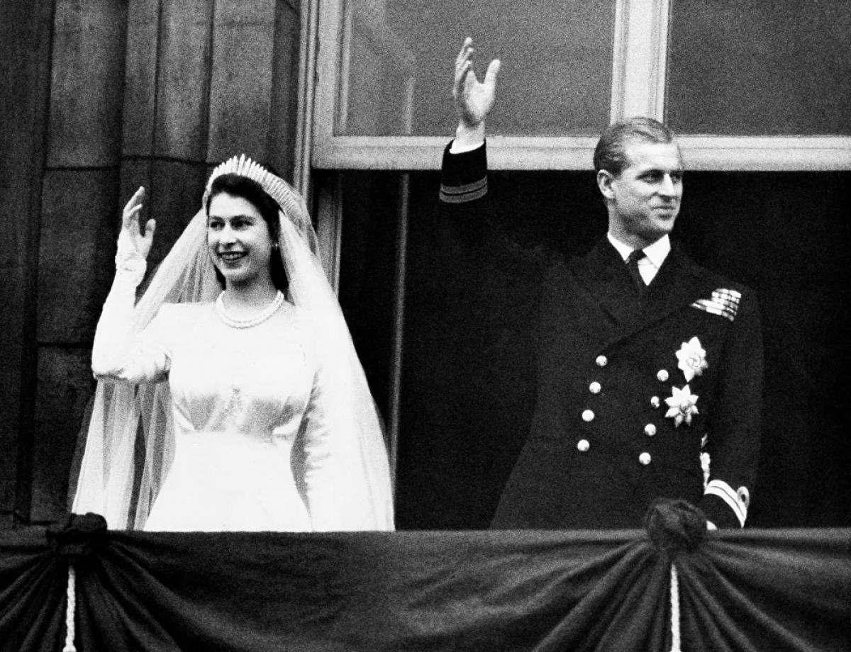 Để kết hôn với Elizabeth, Philip phải từ bỏ tước vị Hy Lạp và nhập quốc tịch Anh. Ông lấy họ Mountabatten từ gia đình của mẹ. Một ngày trước đám cưới, ông được phong làm Công tước xứ Edinburgh. Hai người kết hôn vào ngày 20/11/1947. Hôn lễ có sự tham gia của 2.000 khách mời và khoảng 200 triệu người theo dõi qua sóng radio.
