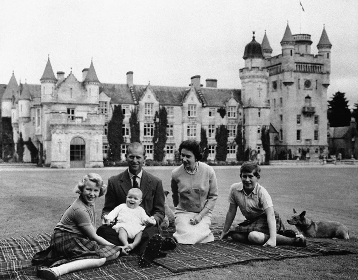 Hoàng thân Philip và Nữ hoàngElizabeth II có 4 người con. Con đầu lòng của họ, Thái tử Charles, sinh năm 1948, tiếp theo là Công chúa Anne năm 1950, Hoàng tử Andrew năm 1960, và Hoàng tử Edward năm 1964.Các nhà viết tiểu sử hoàng gia cho biết, có lúc Hoàng tử Philip tỏ ra khá nghiêm khắc với các con của mình. Quan hệ giữa Hoàng thân Philip và con trai nhiều lúc khó khăn. Hồi nhỏ, Charles đã khóc sau khi bị cha khiển trách trước công chúng.