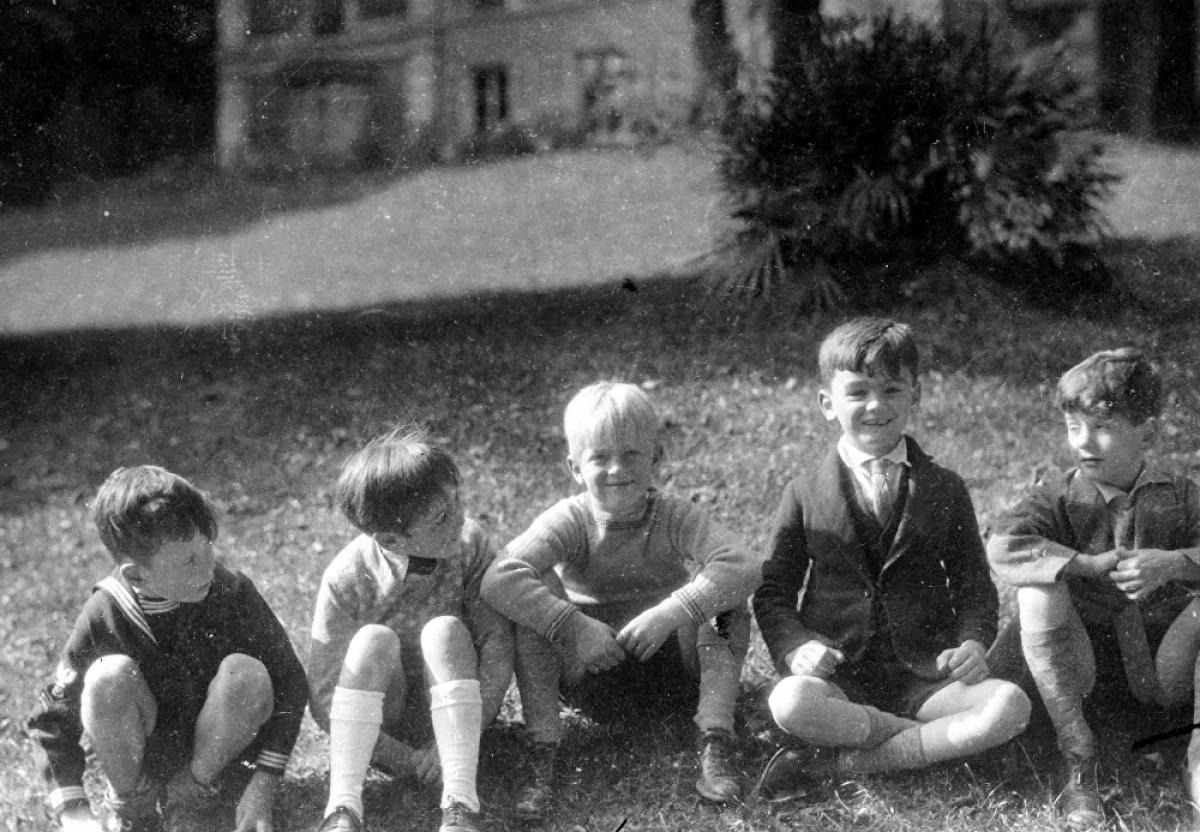 Hoàng thân Philip sinh ngày 10/6/1921 ở Mon Repos trên hòn đảo Corfu của Hy Lạp. Cha ông là Hoàng tử Andrew của Hy Lạp và Đan Mạch trong khi mẹ ông là Công chúa Alice của Battenberg, và là cháu gái của Nữ hoàng Victoria.Gia đình ông phải chạy trốn khỏi Hy Lạp vào năm 1922sau khi Vua Constantine I, chú của ông, bị trục xuất khỏi chính đất nước của mình sau một cuộc nổi dậy. Hoàng thân Philip bắt đầu học ở Pháp, nhưng sau đó được gửi đến Anh, nơi ông được bà và chú nuôi dưỡng. Sau đó, ông học ở Đức và Scotland.