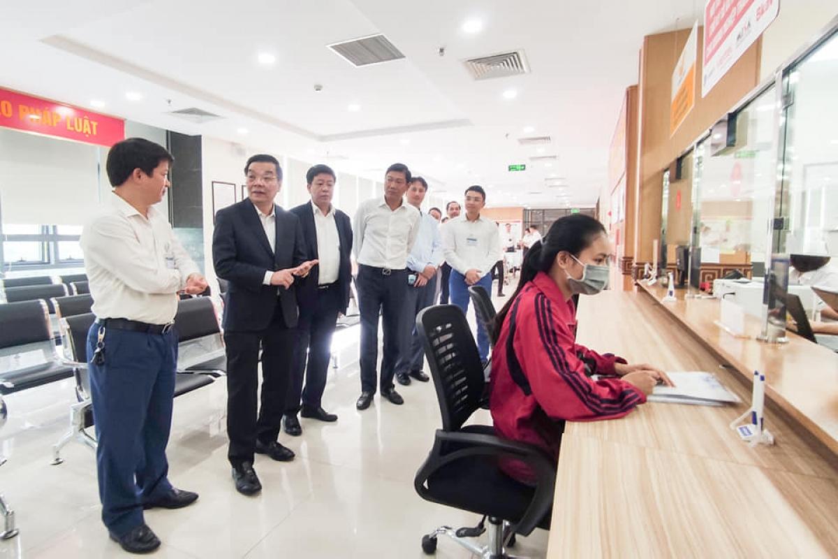Chủ tịch UBND thành phố Hà Nội kiểm tra công tác phục vụ nhân dân ở bộ phận 1 cửa khu liên cơ.