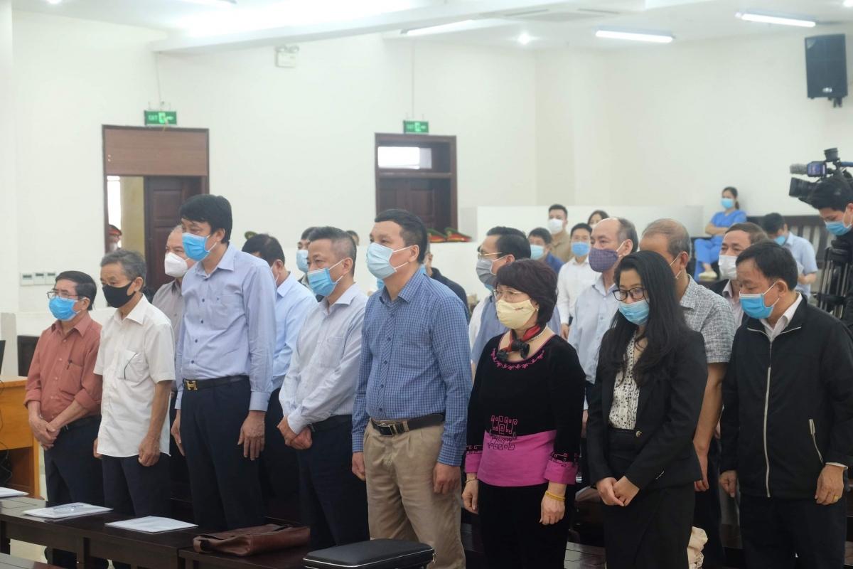 Các bị cáo tại phiên xét xử ngày 12/4.