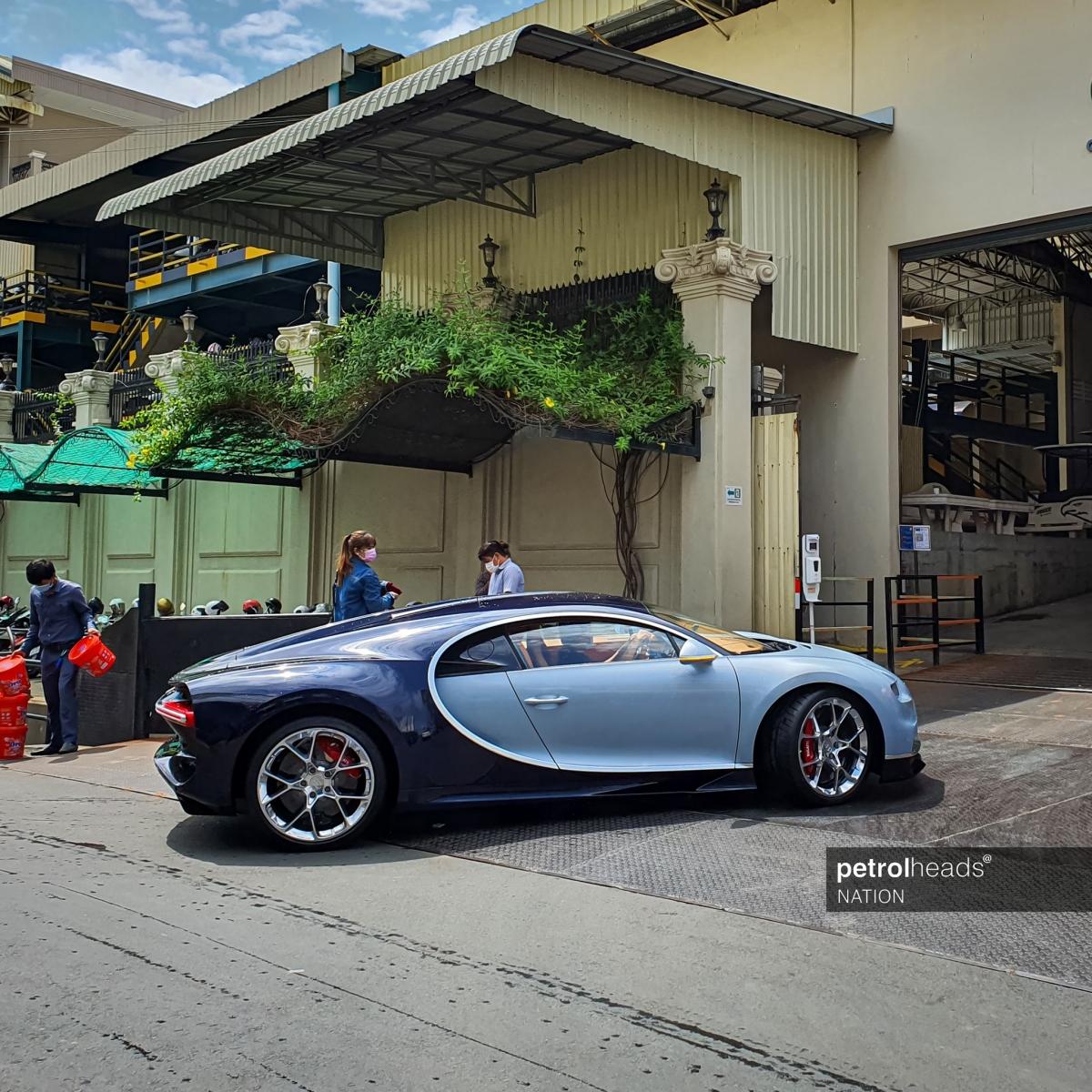 Chiếc Bugatti Chiron thứ ba đặt chân đến Campuchia sở hữu ngoại thất hai tông màu đẹp mắt. Nửa thân xe trước sơn màu xanh nhạt trong khi nửa thân sau có được sắc xanh đậm hơn.