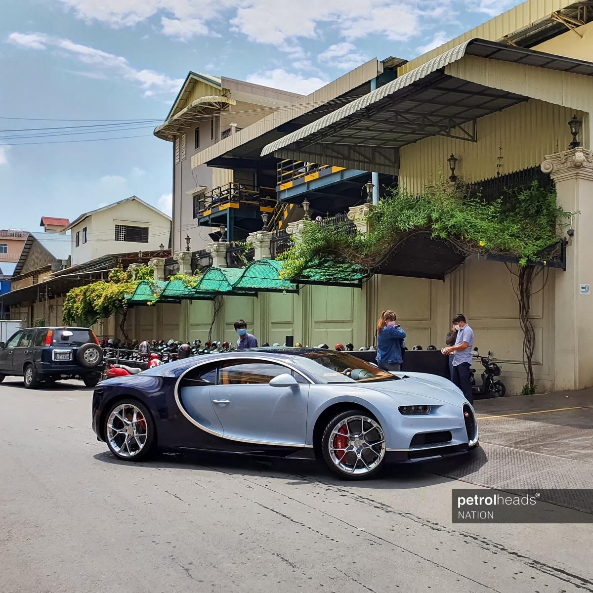 Xe được trang bị bộ mâm năm chấu kép mạ crom đẹp mắt với hệ thống phanh cỡ lớn phía trong, nổi bật với cùm phanh màu đỏ. Bên trong, khoang lái của xe được bọc da màu da bò và đen.