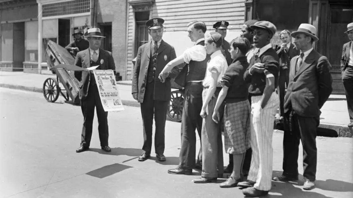 Nhân viên y tế kiểm tra vết sẹo tiêm chủng đậu mùa của người dân ở thành phố Newark, bang New Jersey vào năm 1931. Ảnh: Getty Images