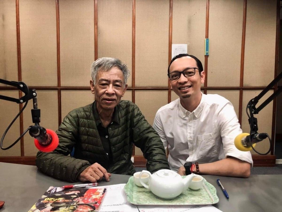 Nhà thơ Hoàng Nhuận Cầm và vật bất ly thân trong phòng thu VOV