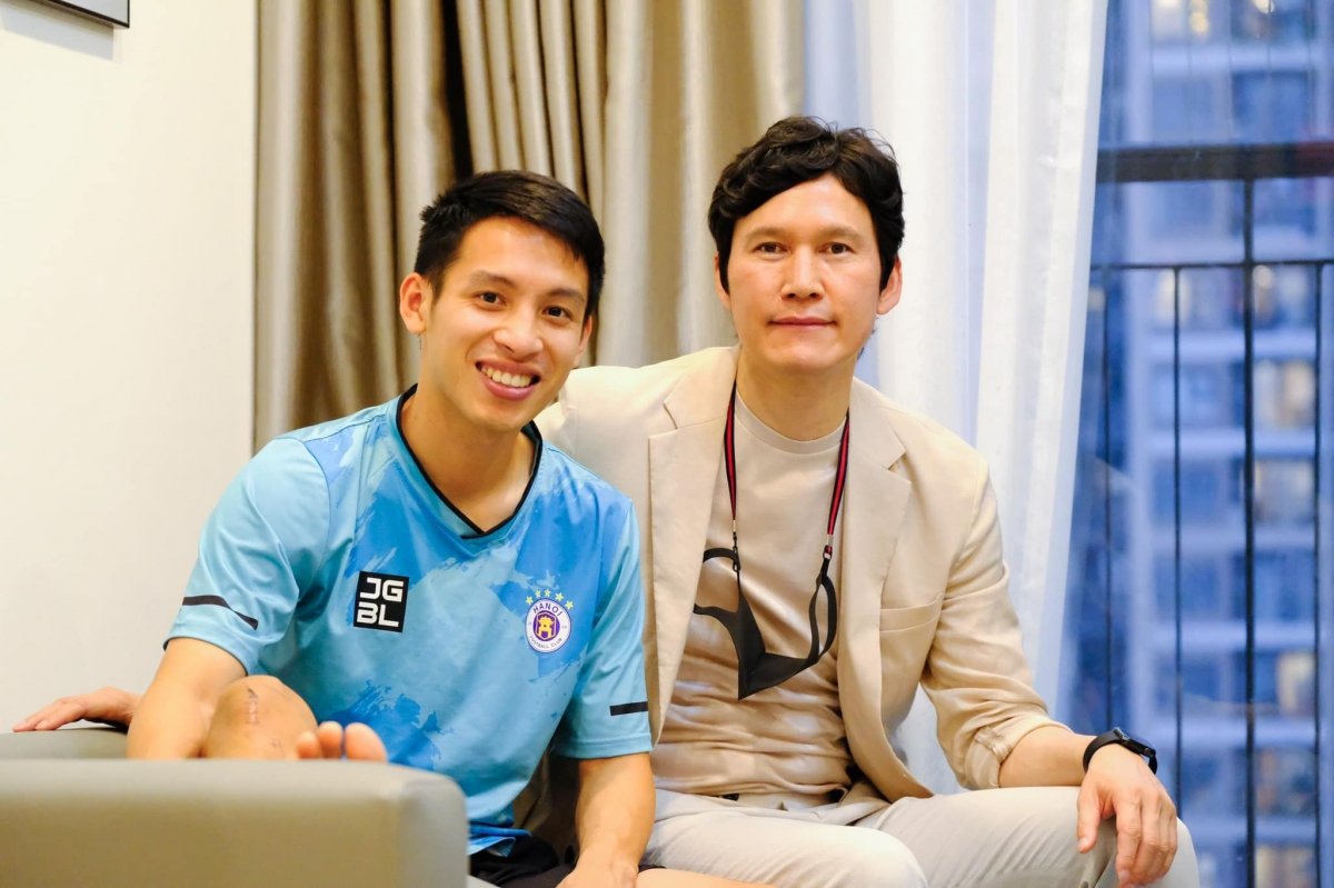 HLV Park Choong Kyun thăm và động viên Hùng Dũng. (Ảnh: Hà Nội FC).