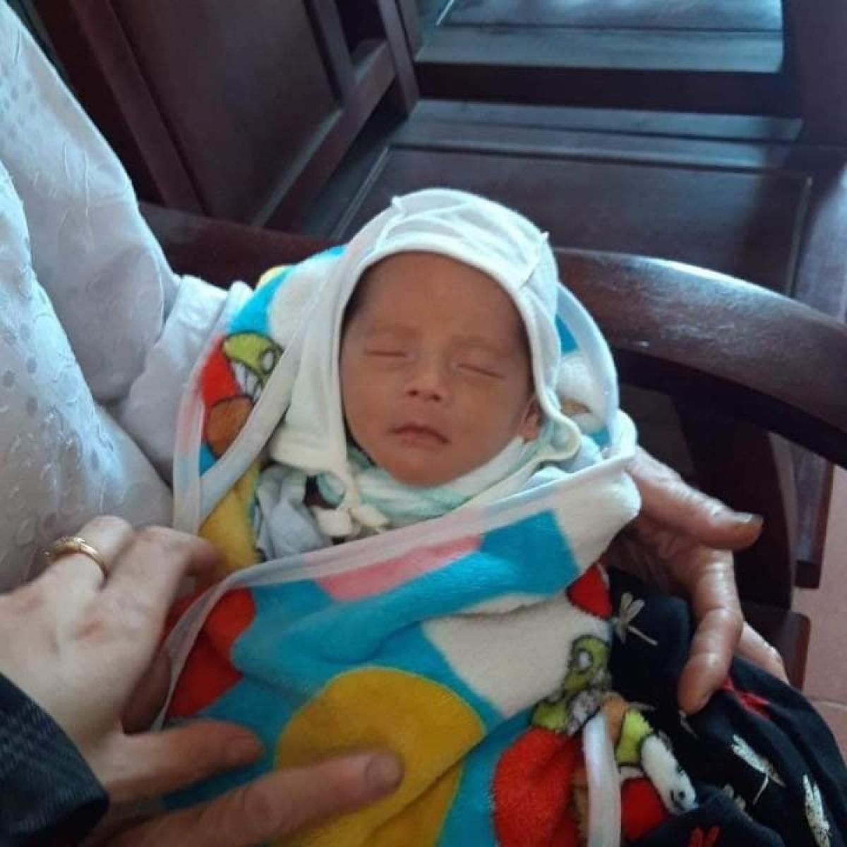 Ảnh bé trai bị bỏ rơi sau khi được người dân đưa đến Trạm y tế xã Thuận Lộc.