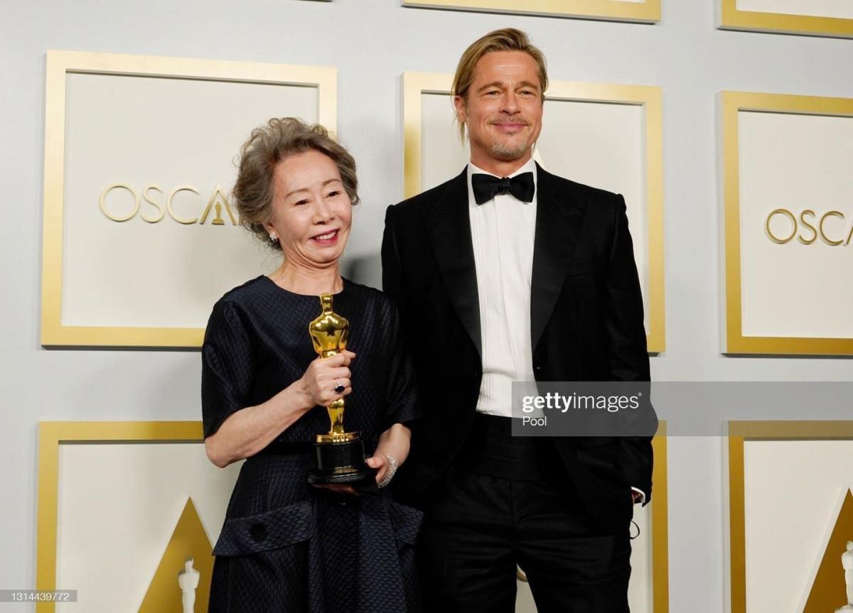 Yuh-Jung Youn và Brad Pitt.