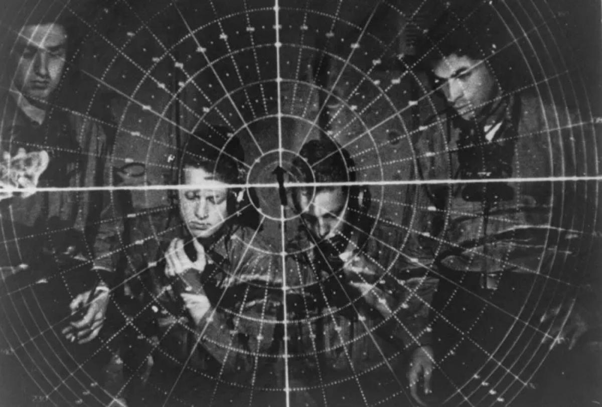 Nhân viên điều khiển một radar trong Thế chiến thứ hai. Ảnh: Getty Images