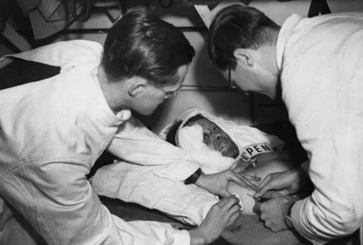 Một người tiêm penicillin để chuẩn bị cho ca phẫu thuật trên một chuyến tàu bệnh viện đang trên đường đến một nhà ga ở Anh. Ảnh: Getty Images