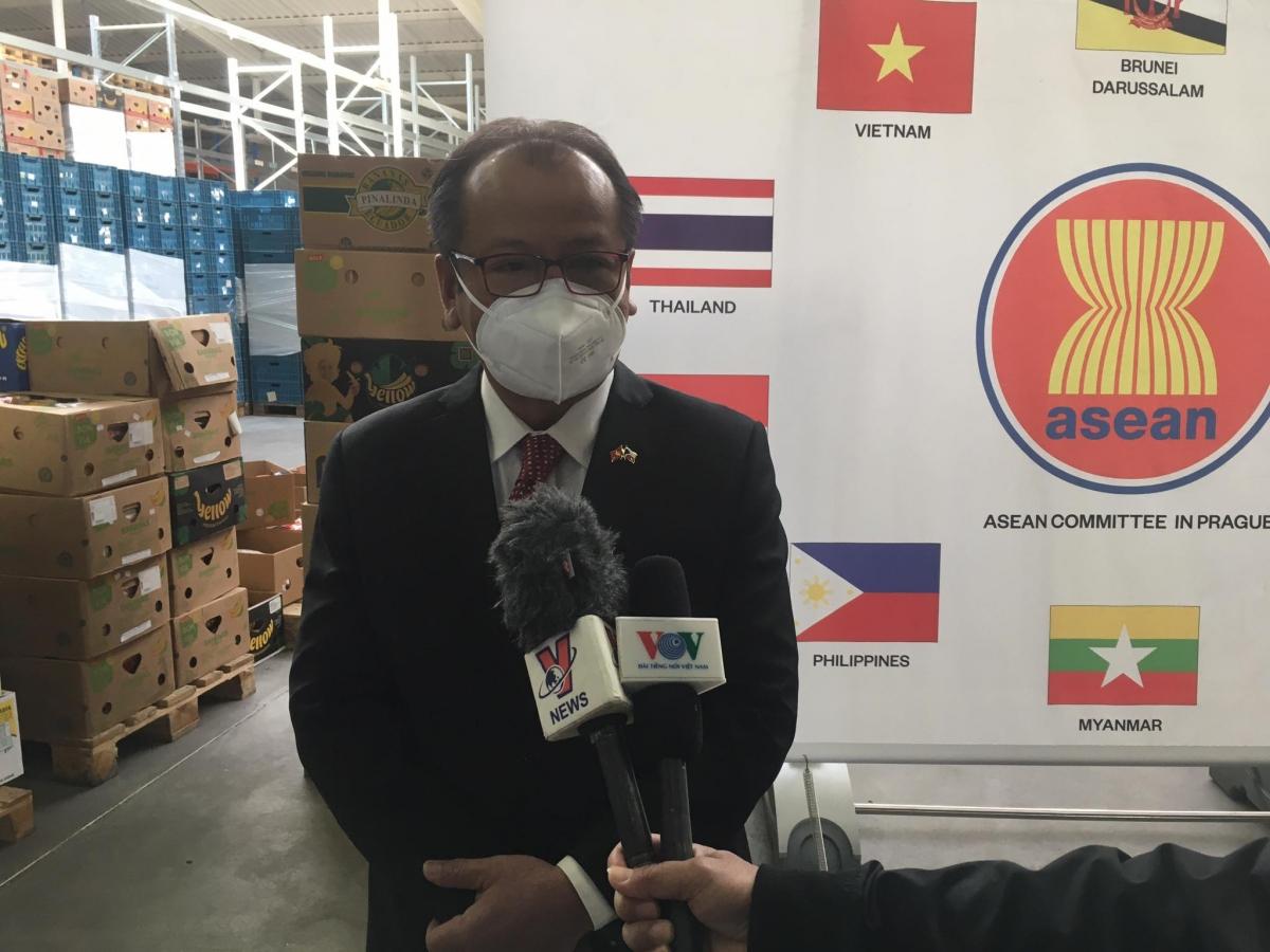 Đại sứ Việt Nam Thái Xuân Dũng cảm ơn tới chính phủ, các cơ quan chức năng, nhân viên y tế của CH Séc đã hỗ trợ, giúp đỡ và điều trị cho nhiều người Việt mắc Covid-19.