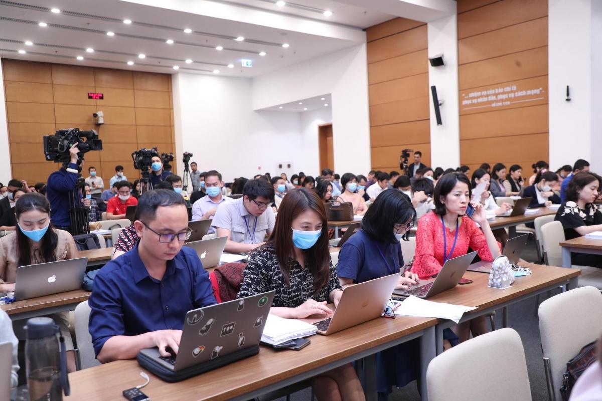 Các phóng viên báo chí đến dự buổi họp báo tại tòa nhà Quốc hội