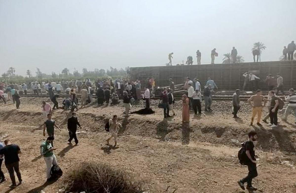 Hiện trường vụ lật tàu hỏa - ảnh: al-ahram